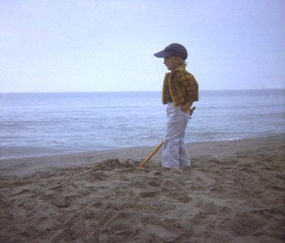Raphaël au bord de la mer en 1975 (nettoyée), juil. 2010