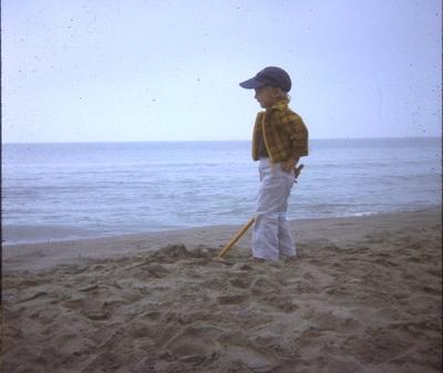 Raphaël au bord de la mer en 1975 (brute)